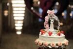 Des figurines pour décorer un gâteau de mariage
