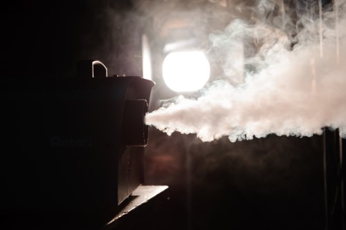 Que contient le liquide des machines à fumée ?