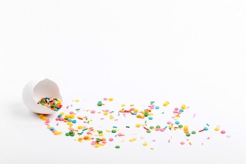 Décorer sa table d'anniversaire avec des confettis