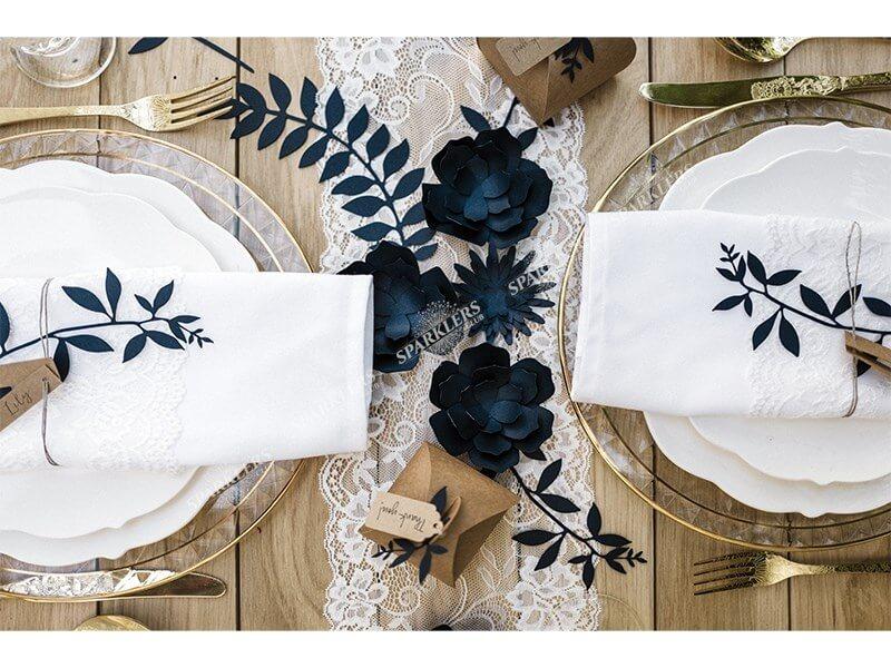 Branche avec décor de feuilles, bleu marin avec étiquettes