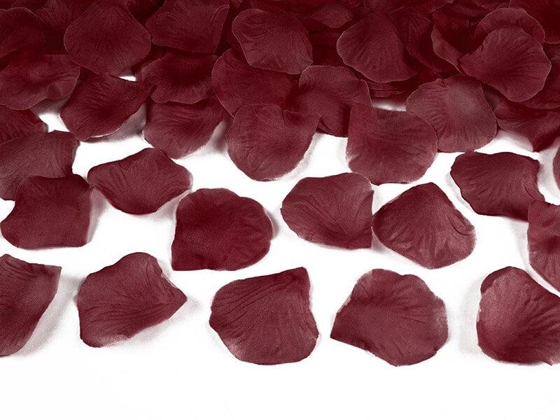 100 pétales de roses rouges foncées