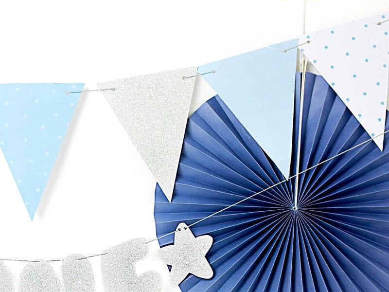 Guirlande en papier bleu avec motifs